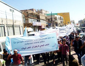 "Crowds bearing the message: ""The Yemeni people do not accept that their wealth is being stolen""."