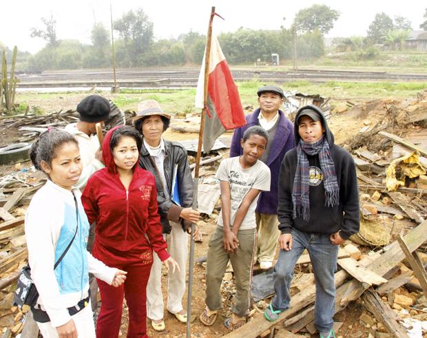 TI-IM aide cette famille à préparer leur dossier pour le bureau national anti-corruption